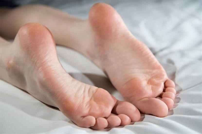 На пальцах ног водянистые прыщи